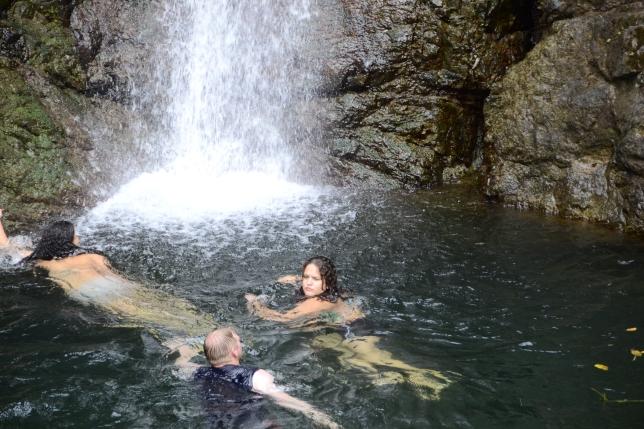 Salto de Doña Juana, puertorriqueña interroga a gringo